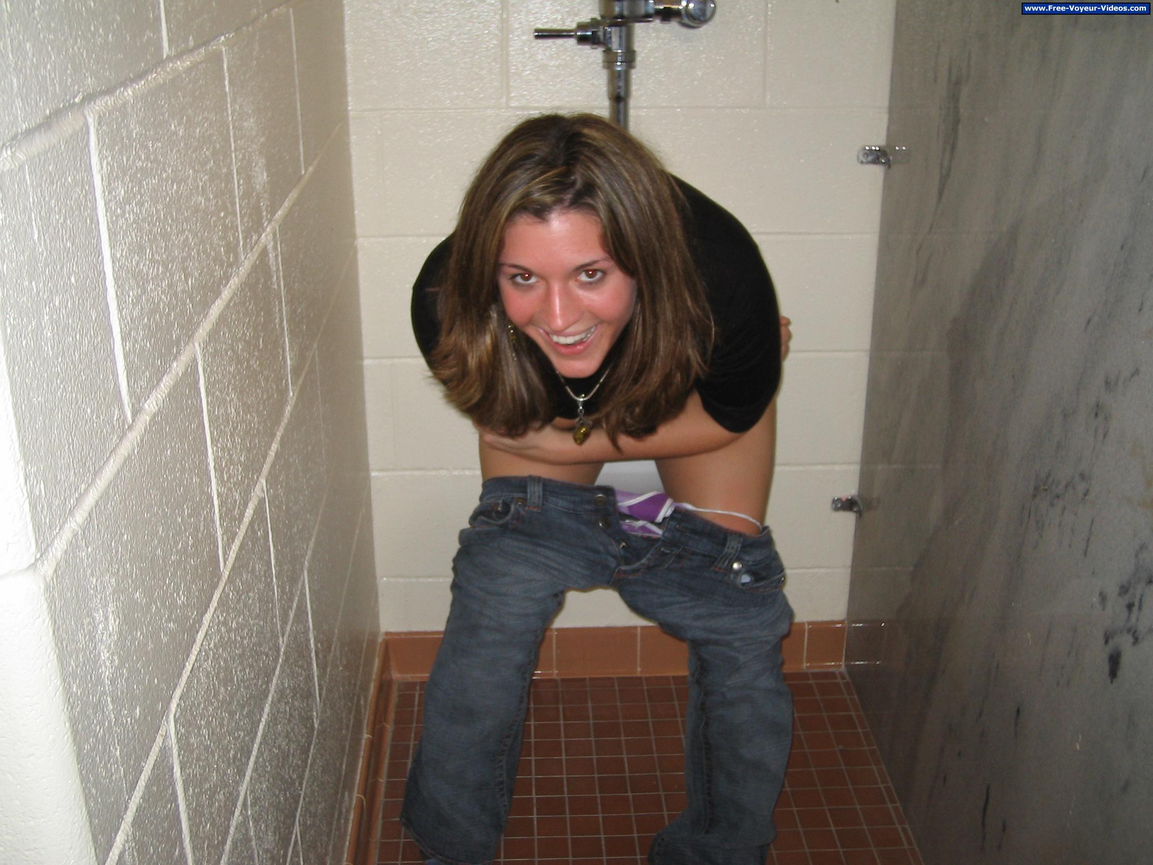 Смотреть девушки в туалете, Скрытая камера в женском туалете 23 фотография