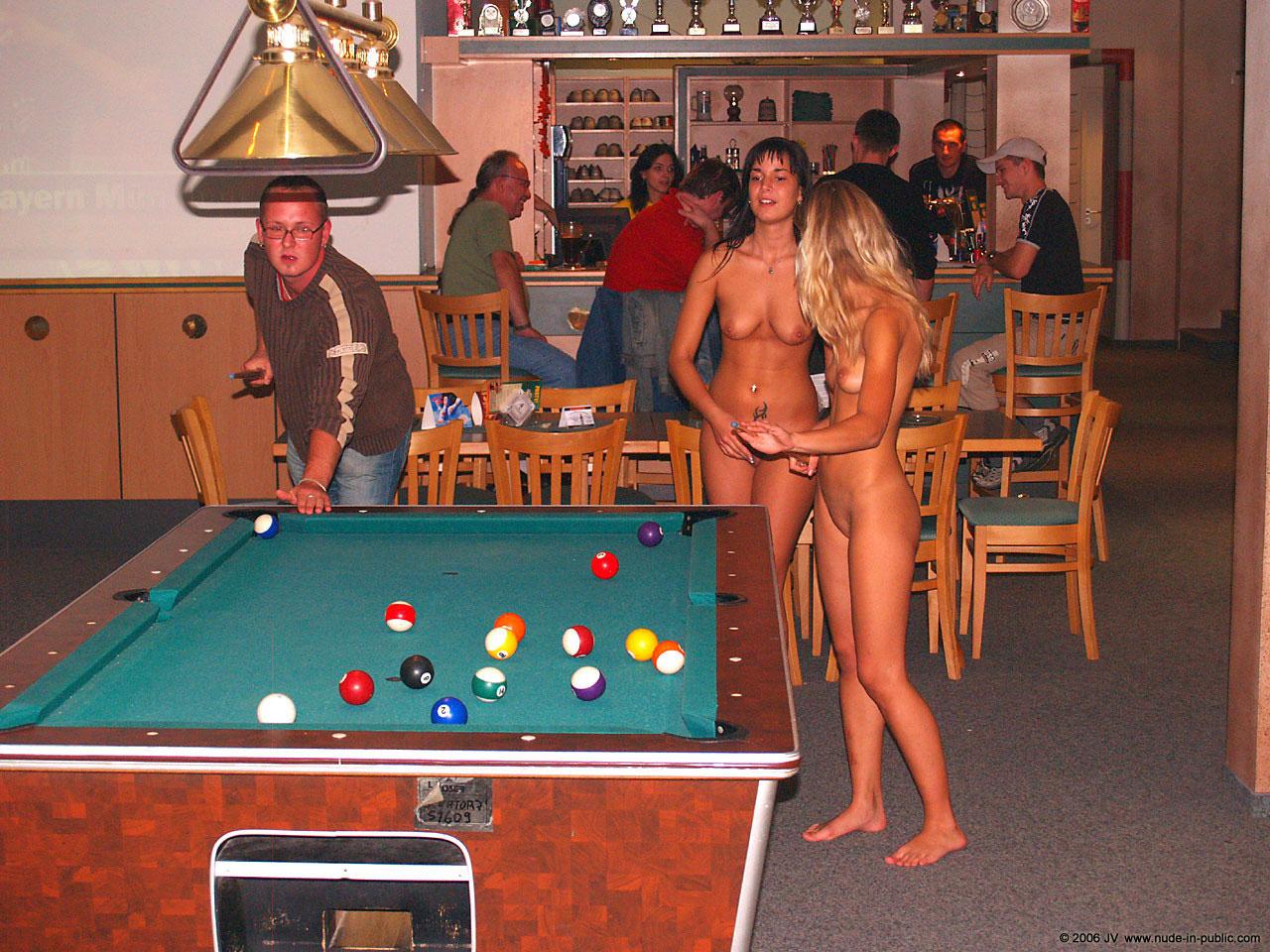 Раздевание женщин на публике 2 фотография