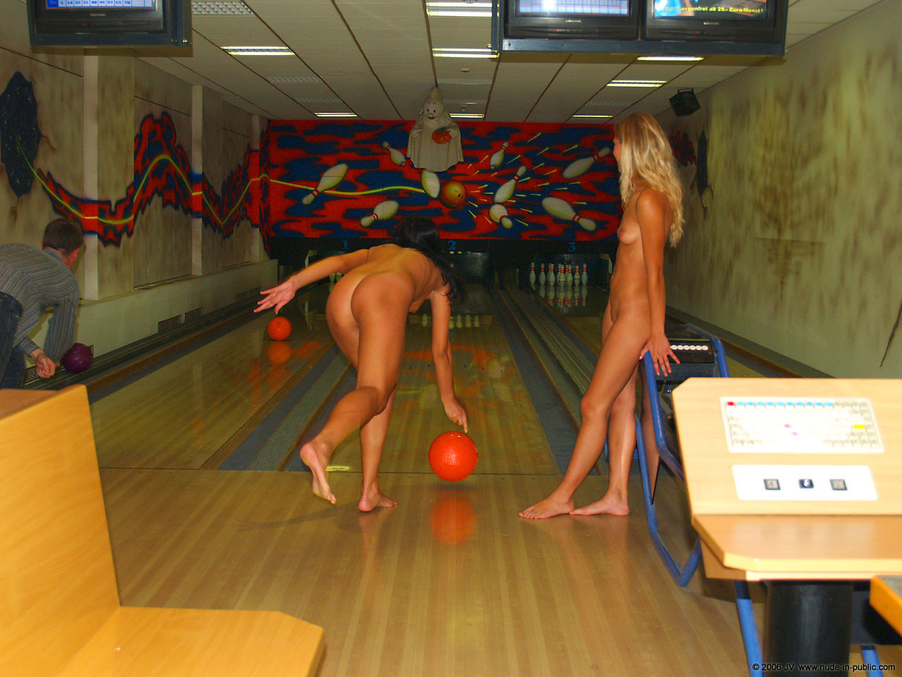 Смотреть как нудисты играют в боулинг 10 фотография