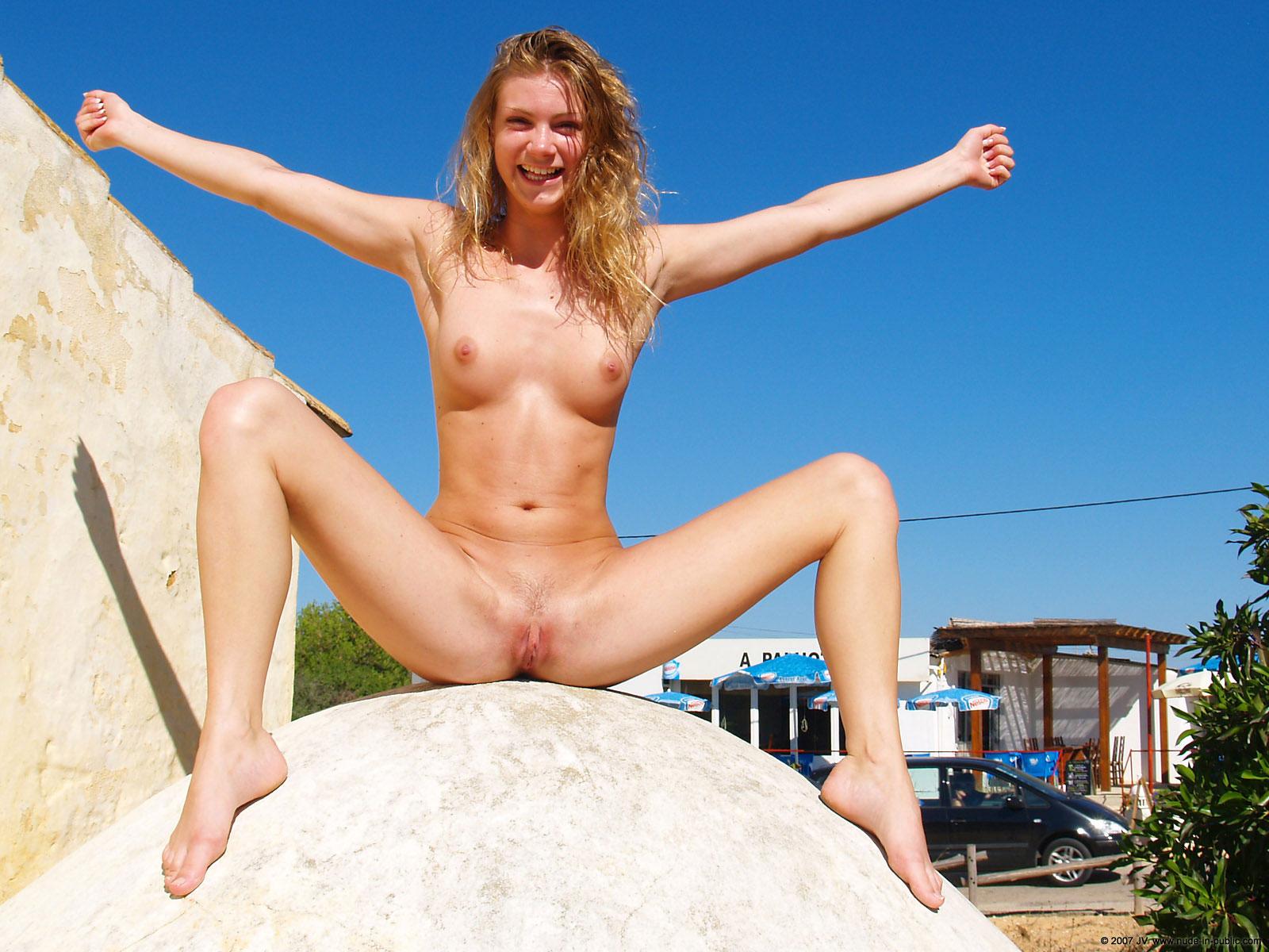Эротика голая на публике фото 8 фотография