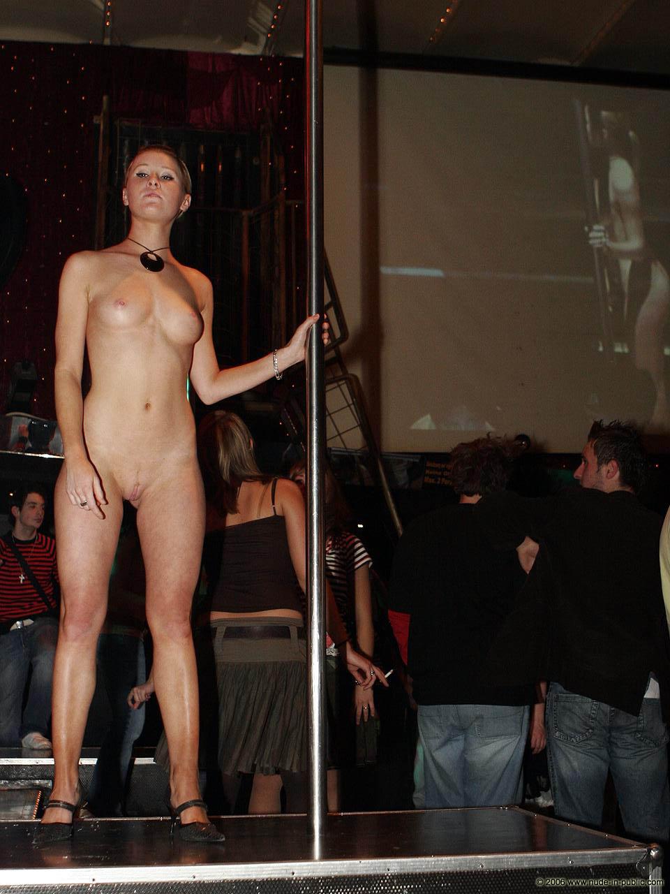 Танцует голая на публике 11 фотография