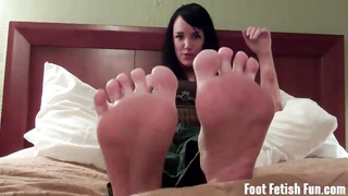 gargle  on Mandy Taylors toes and feet