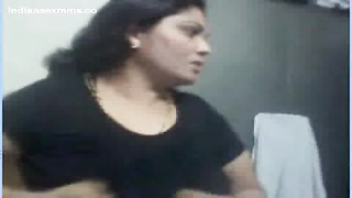 Desi aunty Nude on Webcam displaying her large tits & cootchie Mms