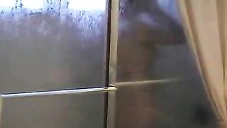 Heimlich beim Duschen gefilmt