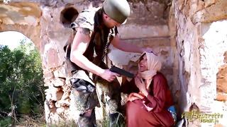 arab baisée par soldat