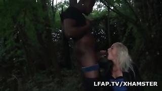 Sodomisee par un dismal dans les bois
