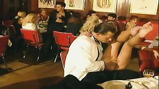 91444Une famille dejanter au restaurant