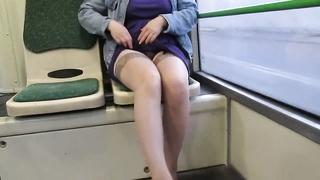 Секс залез под юбку видео работа!