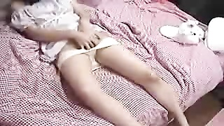 Japanese lady plays with her snatch on her slow bed