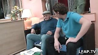 Mature se fait prendre par un jeune et un vieux