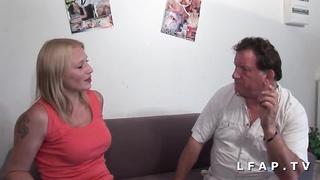 Cochonne ravagee pour son casting anal fist DP et facial