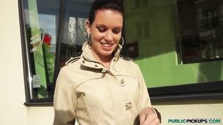 Amateur babe Tea Key reveals her tits on street