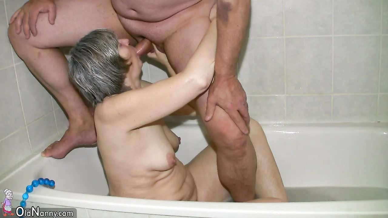 Порно зрелых с молодыми в душе видео
