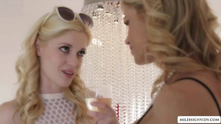 Two hot blondes fucking at the bathtab