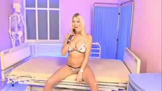 Blonde giving professional show - burstpussy.com