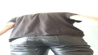 Leder- und Nacktpopo bekommt den Rohrstock